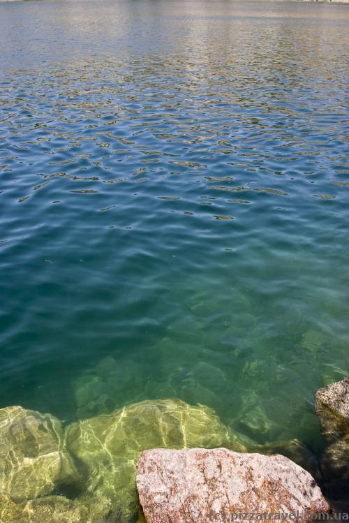 Вода в карьере довольно чистая