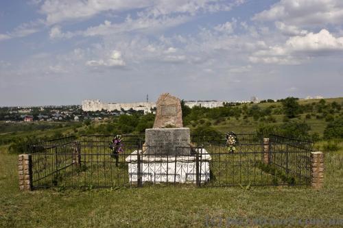 На этом месте похоронены 54600 евреев, убитых немцами