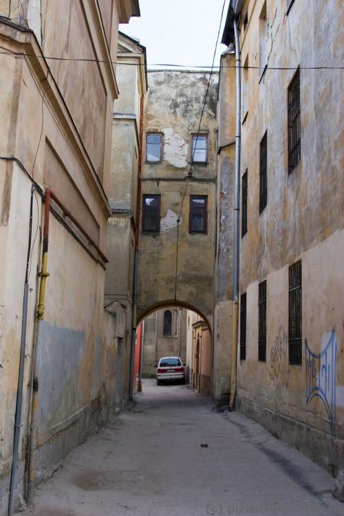 Это не Италия, это дворик на улице Леси Украинки во Львове
